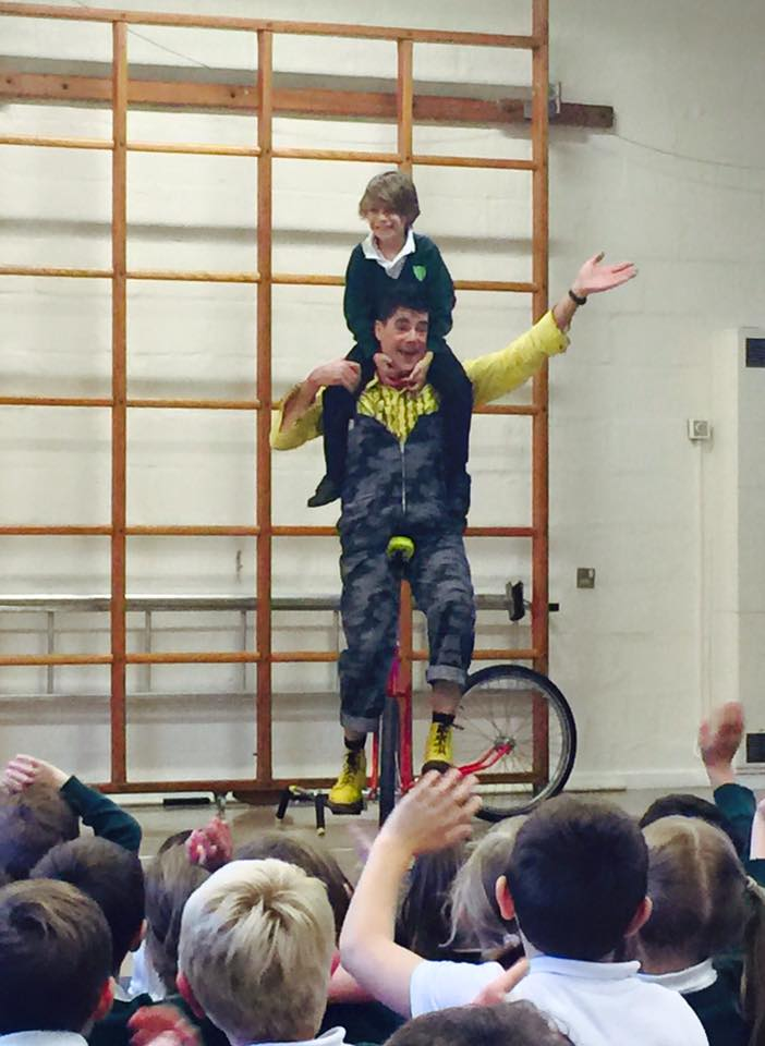 dingle-fingle-performing-for-kids-at-wingrave-school-10