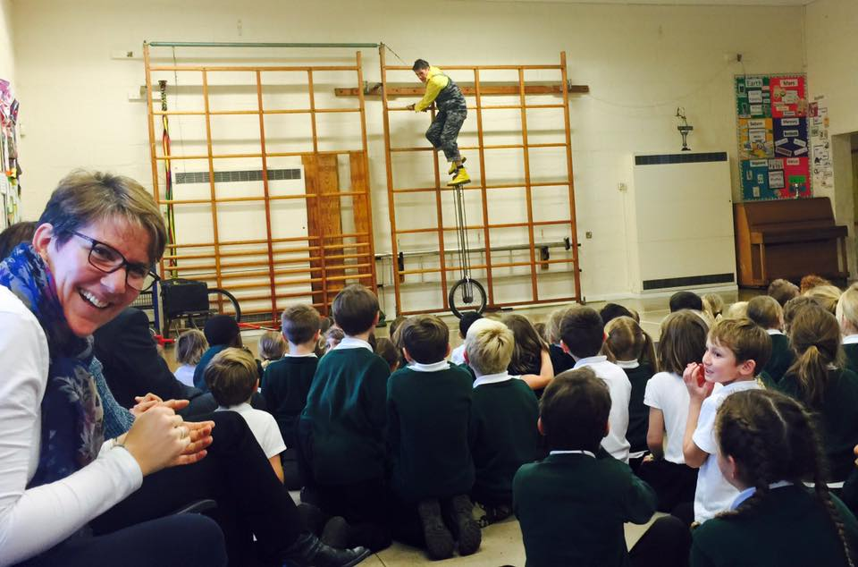 dingle-fingle-performing-for-kids-at-wingrave-school-12