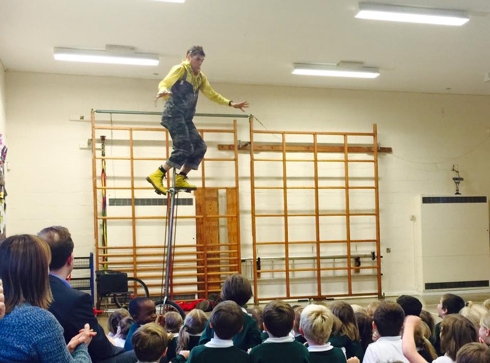 dingle-fingle-performing-for-kids-at-wingrave-school-13
