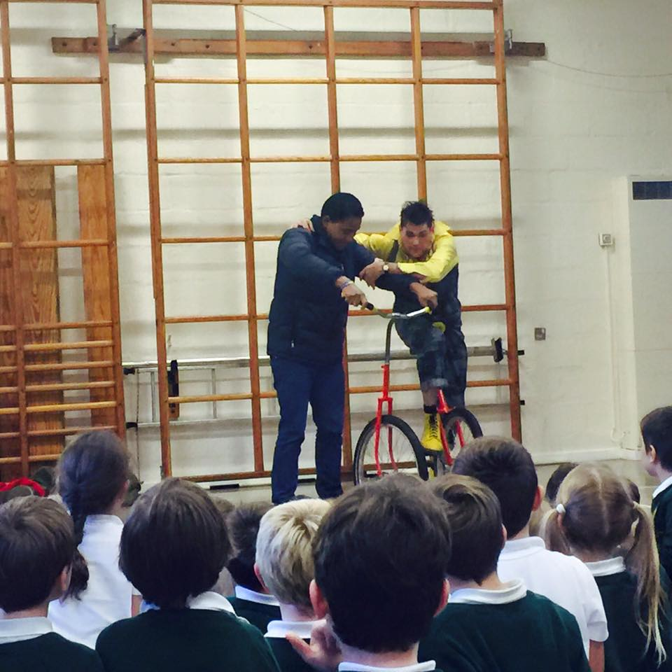 dingle-fingle-performing-for-kids-at-wingrave-school-2