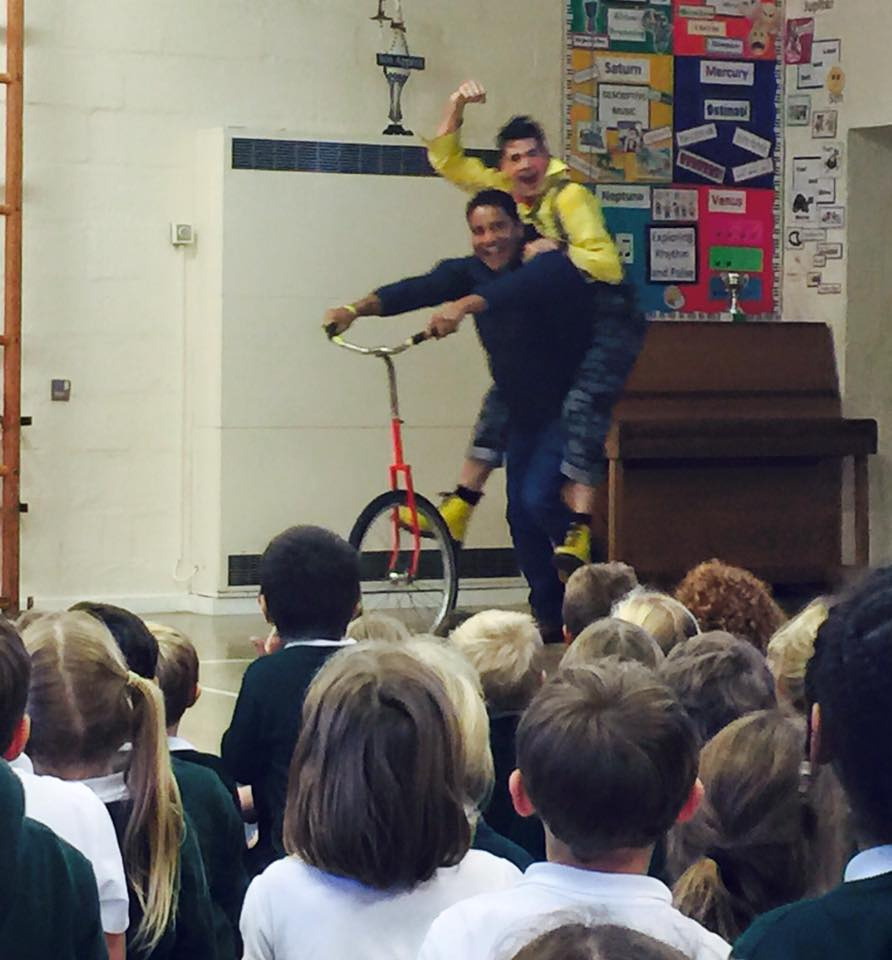 dingle-fingle-performing-for-kids-at-wingrave-school-3