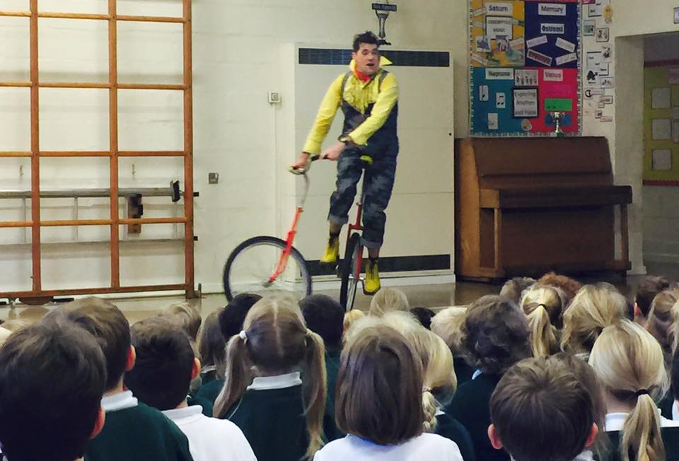 dingle-fingle-performing-for-kids-at-wingrave-school-4