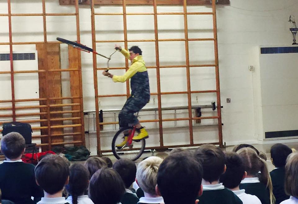 dingle-fingle-performing-for-kids-at-wingrave-school-5