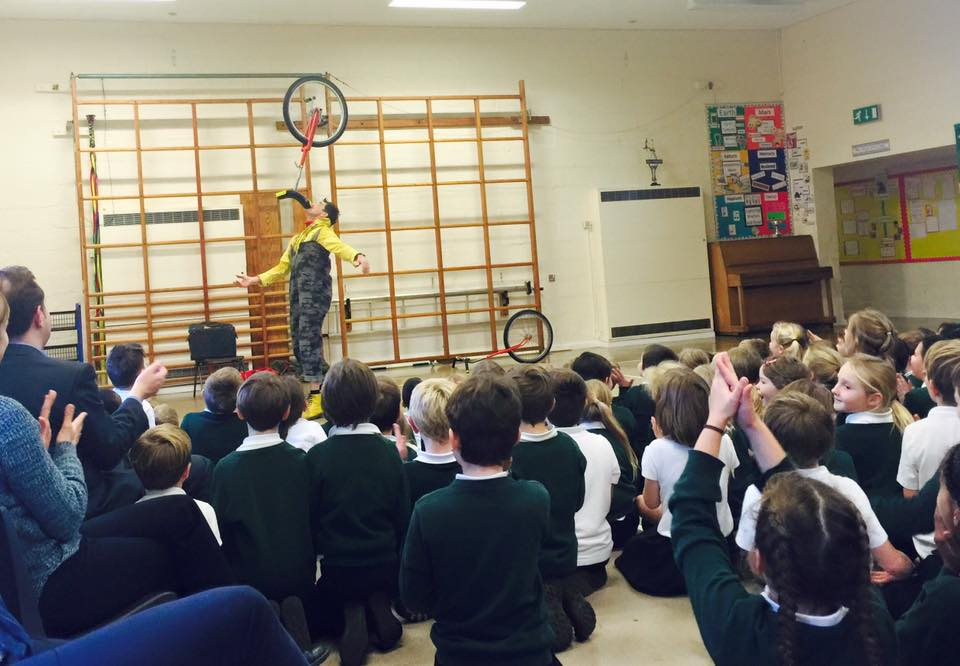 dingle-fingle-performing-for-kids-at-wingrave-school-6