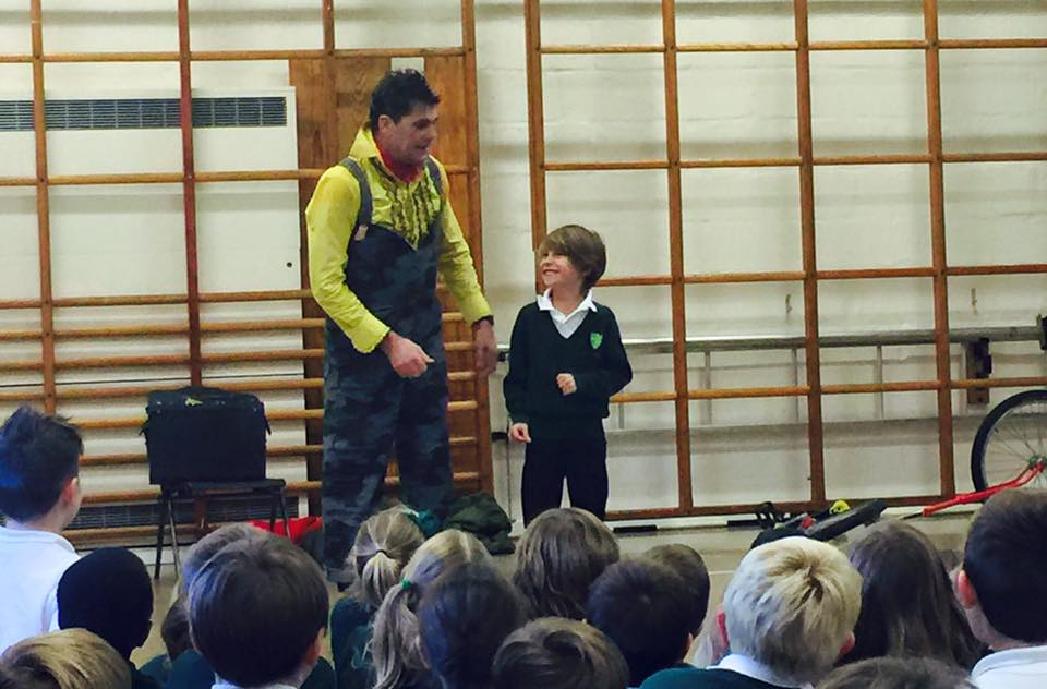 dingle-fingle-performing-for-kids-at-wingrave-school-7