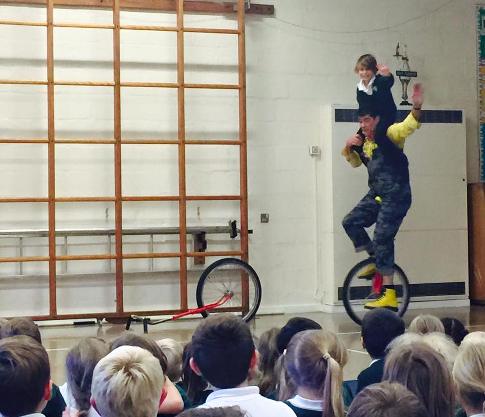 dingle-fingle-performing-for-kids-at-wingrave-school-8