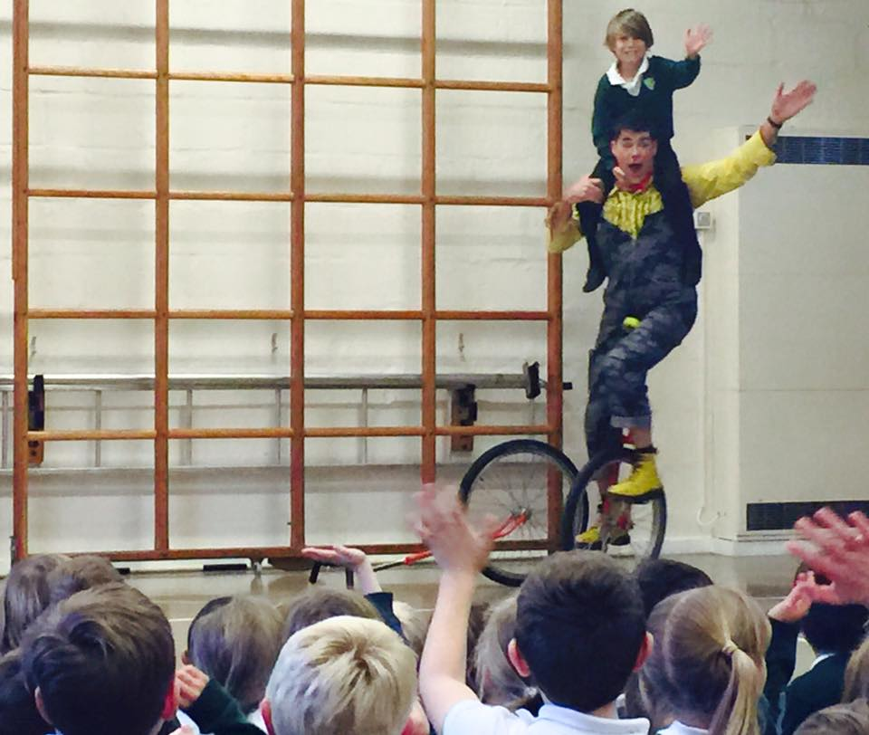 dingle-fingle-performing-for-kids-at-wingrave-school-9